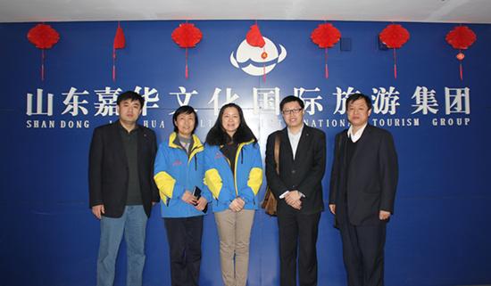 总经理助理马莉(左三)、财务中心总经理李凤君(左二)与山东建设