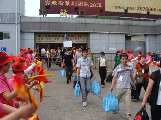 大型旅游专列y223缓缓驶进济南火车站,为期五天的黄山,千岛湖/宏村